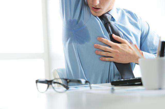 Потливость подмышечных впадин у мужчины