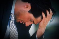Мужчина, страдающий от боли при перекруте яичка