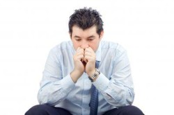 Мужчина, имеющий заболевание орхит