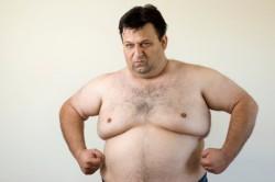 Мужчина с увеличенными молочными железами