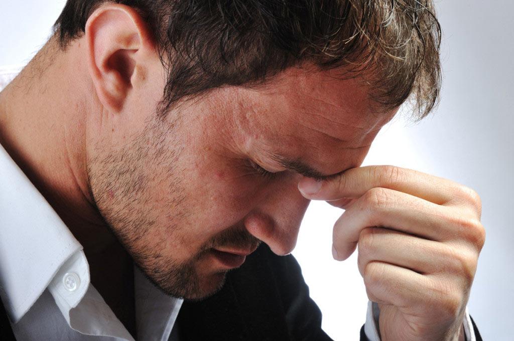 Мужчина, страдающий от инфекционного заболевания