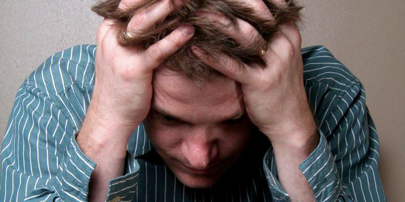 Мужчина, страдающий от воспаления простаты