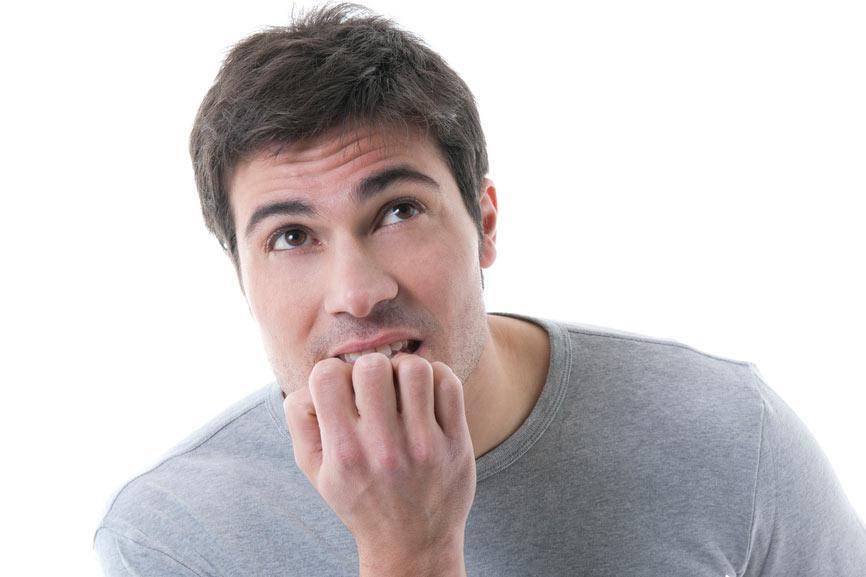 Мужчина, испытывающий эмоциональный дискомфорт от проблемы