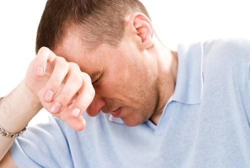 Мужчина, страдающий от простатита