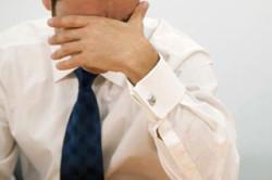 Мужчина, страдающий от воспалительных процессов в мошонке