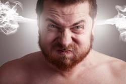 Раздраженный мужчина из-за переизбытка тестостерона