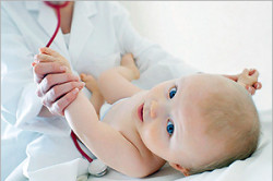 Сохранение повязки у ребенка в первые дни после обрезания крайней плоти