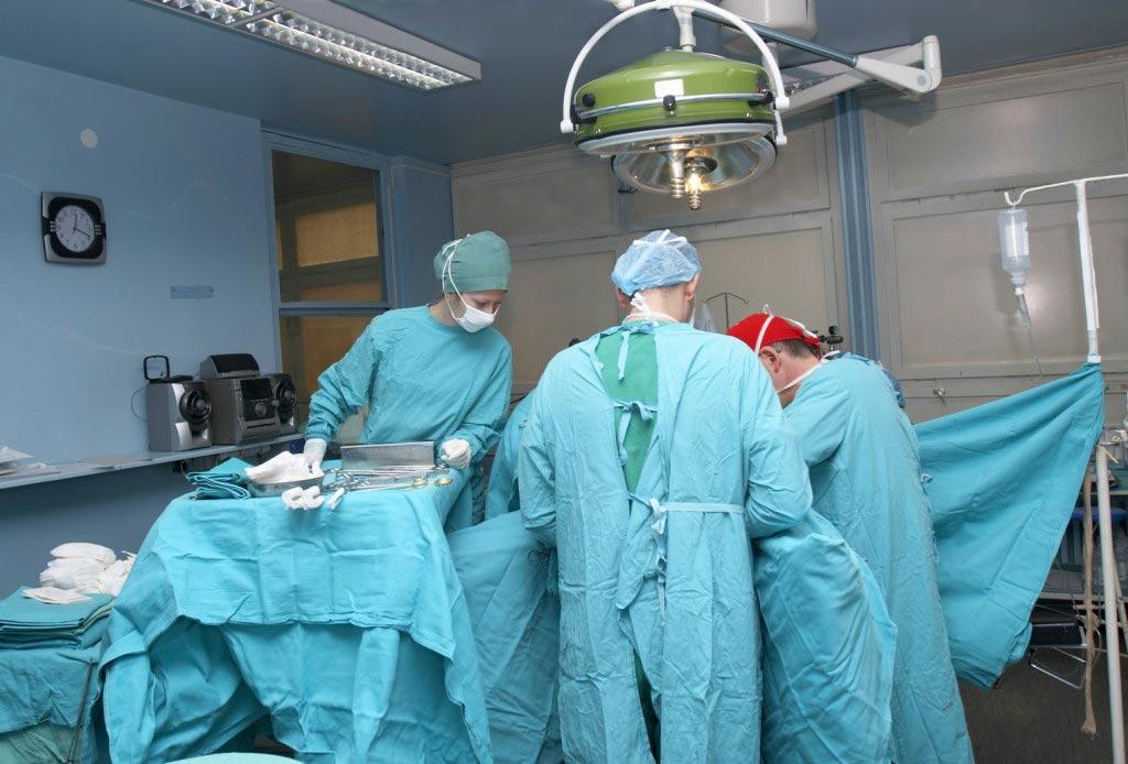 Проведение операции по обрезанию крайней плоти у мужчин
