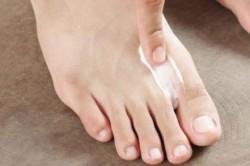 Нанесение пасты на ноги