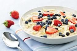 Овсянка на молоке со свежими ягодами для утреннего завтрака