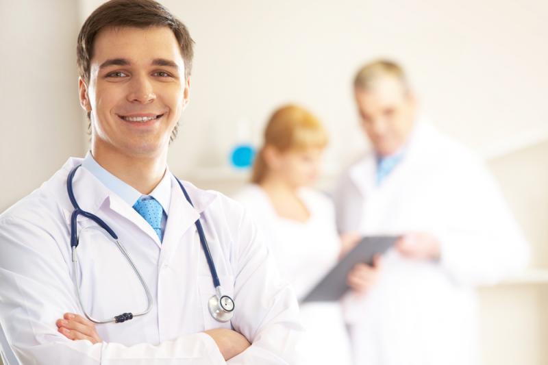 Врач дает направление на УЗИ диагностику