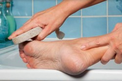 Обработка ног пемзой