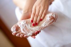 Нанесение мыла на стопу